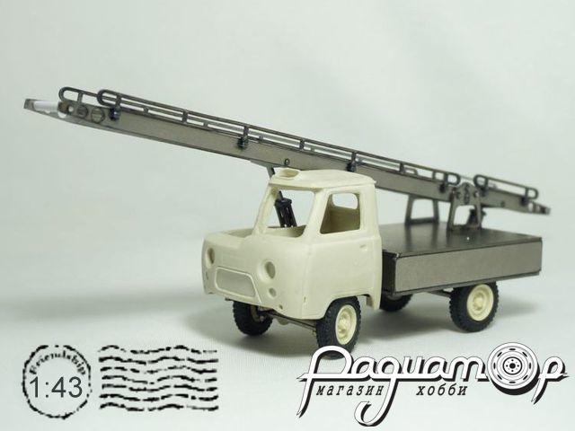 Сборная модель Автотранспортер АТ-6 на шасси УАЗ-452Д (1975) MM1029