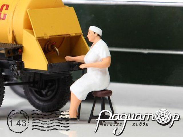 Продавщица тетя Галя для прицепа-бочки в белом (плюс табурет) mkaut1744