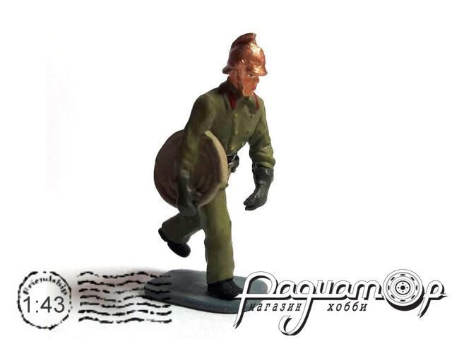 Пожарник бегущий со шлангом в руке AU016