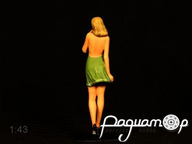 Дора в зелёном платье nude2