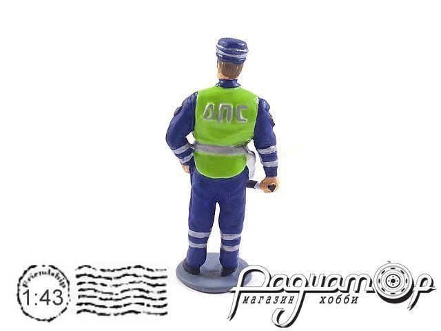 Сотрудник ДПС в кепке AU123