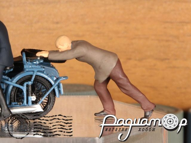 Деточкин толкает мотоцикл deto4kin